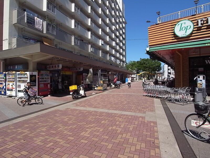 団地内の商店街は賑わっています。