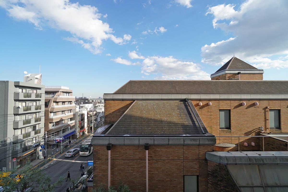 目の前は建物の屋根なので視線は感じません。左の大通りが井ノ頭通り