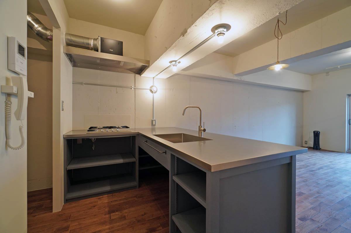 造作キッチンのシンク下にはゴミ箱を入れられるイメージ