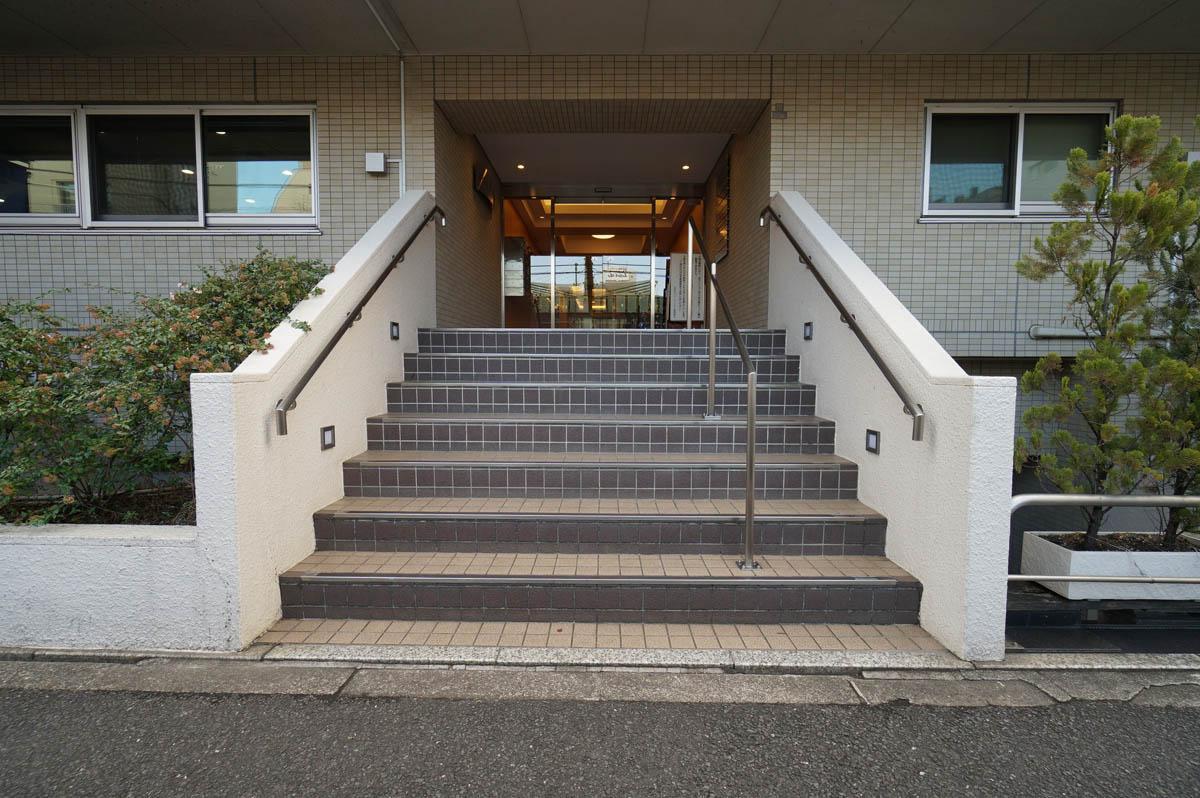 道路からエントランスまでは階段を7段上る必要があります