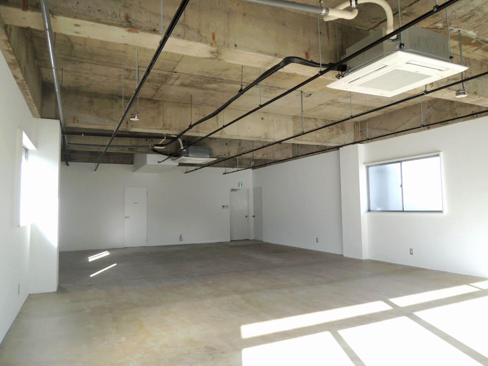 他のフロアより天井が少し高め、床は白っぽい(6F)