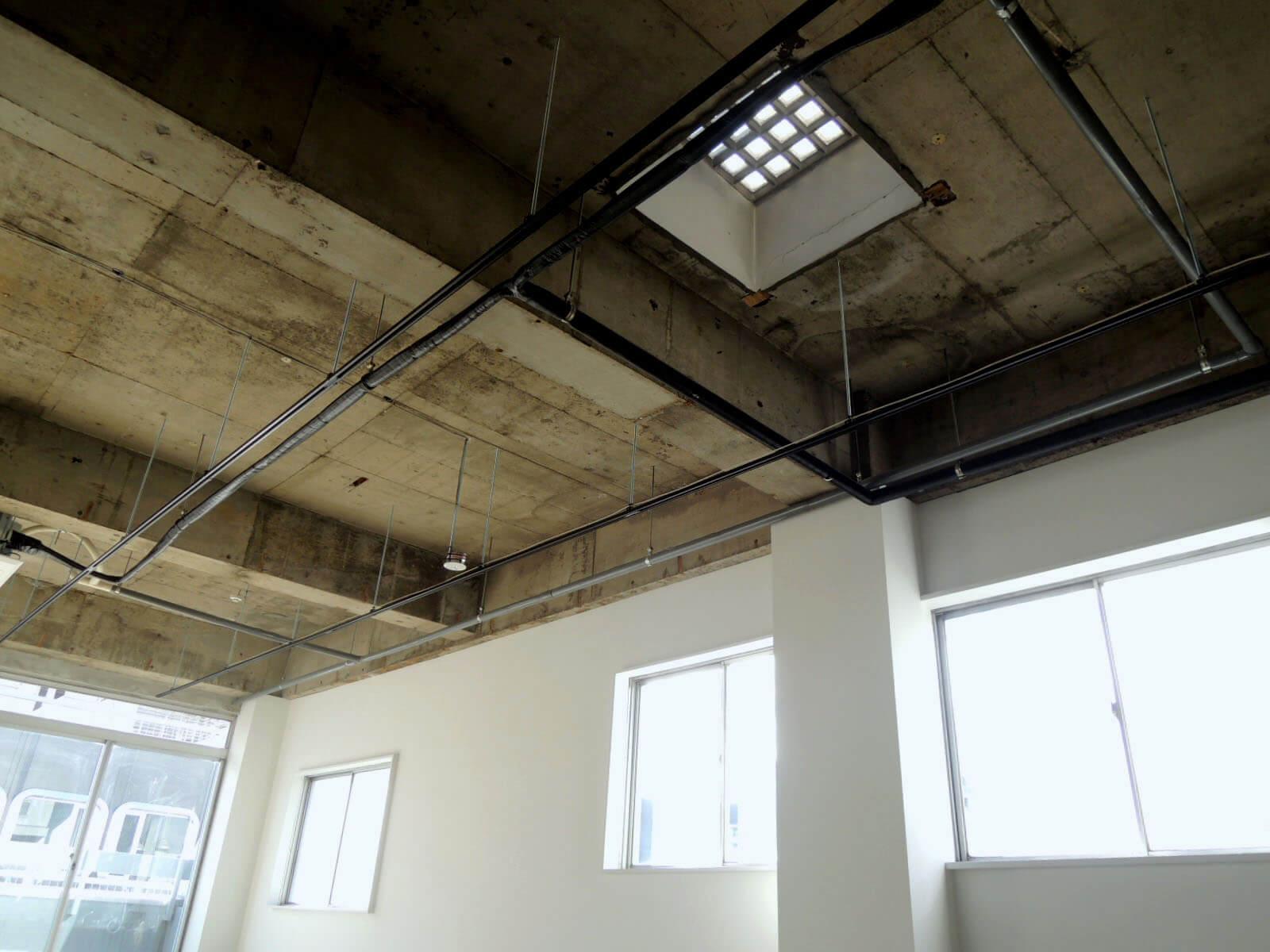 さらに天窓がふたつ!屋上から光が射し込みます(6F)
