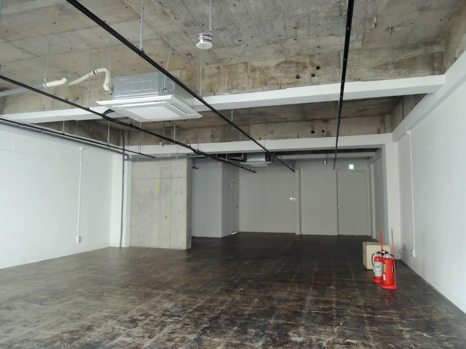 右奥が入口、左奥にキッチンとトイレ(3F)