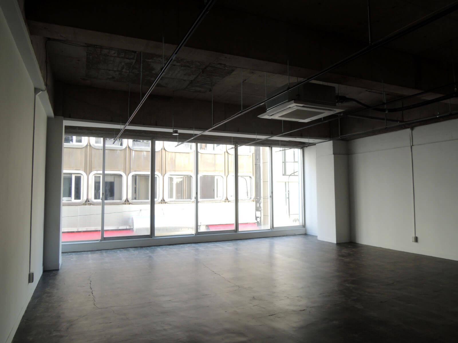 2階のガラス面はしっかり足元まで。外へのアピールがしやすいフロアです(2F)