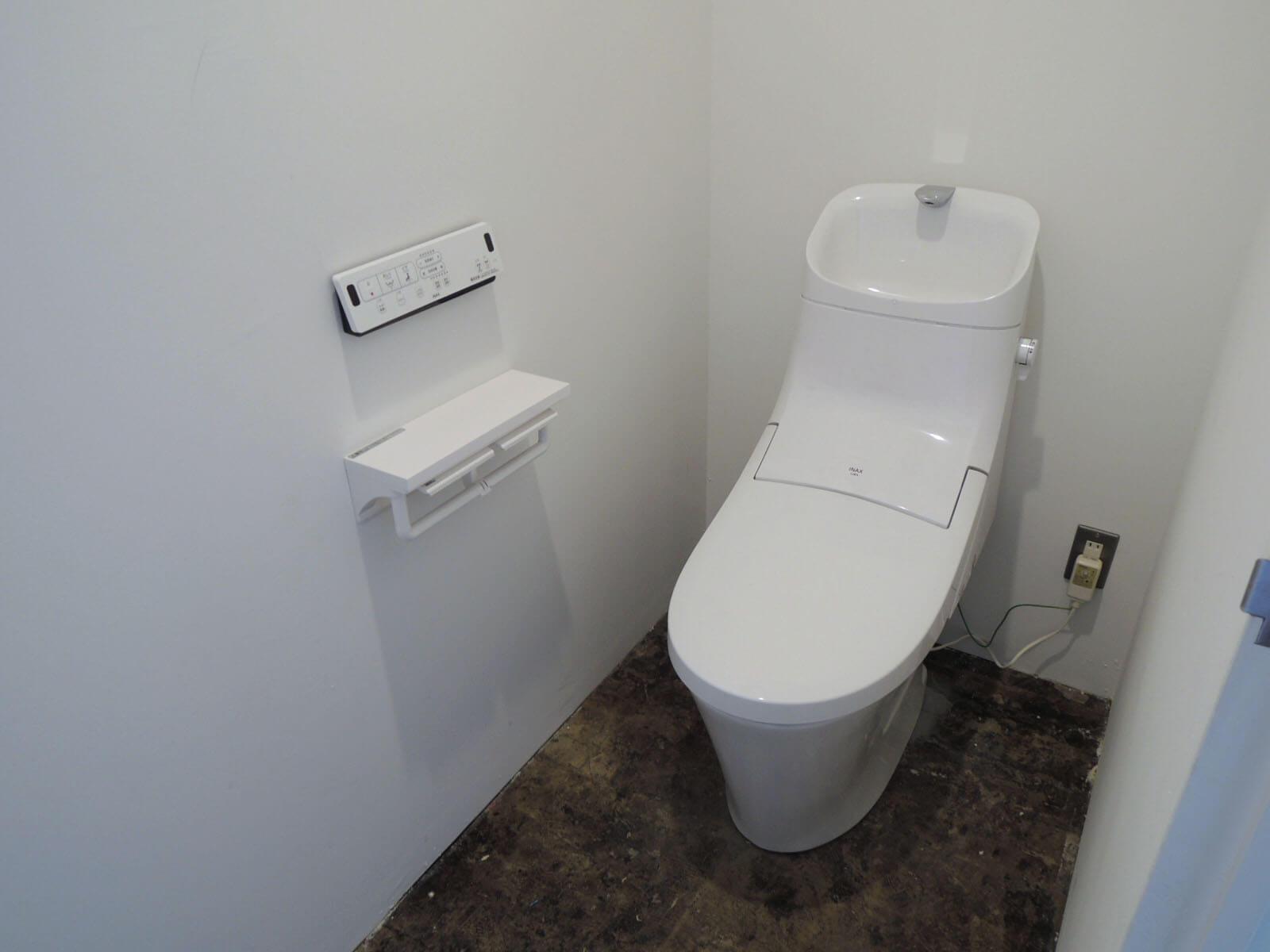 トイレとミニキッチンは隣り合って並んでます