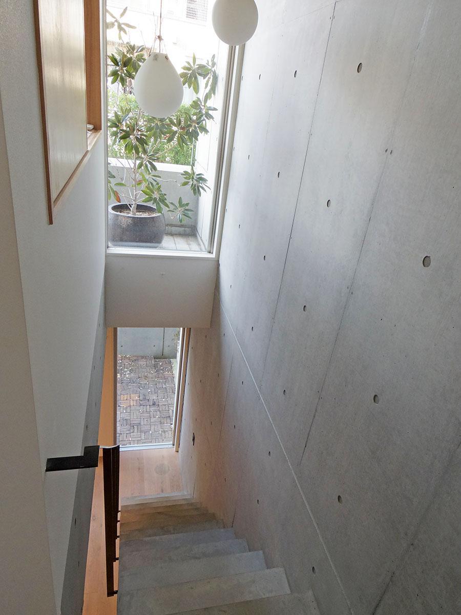 効率的に光を取り込むため、階段にも大きい窓