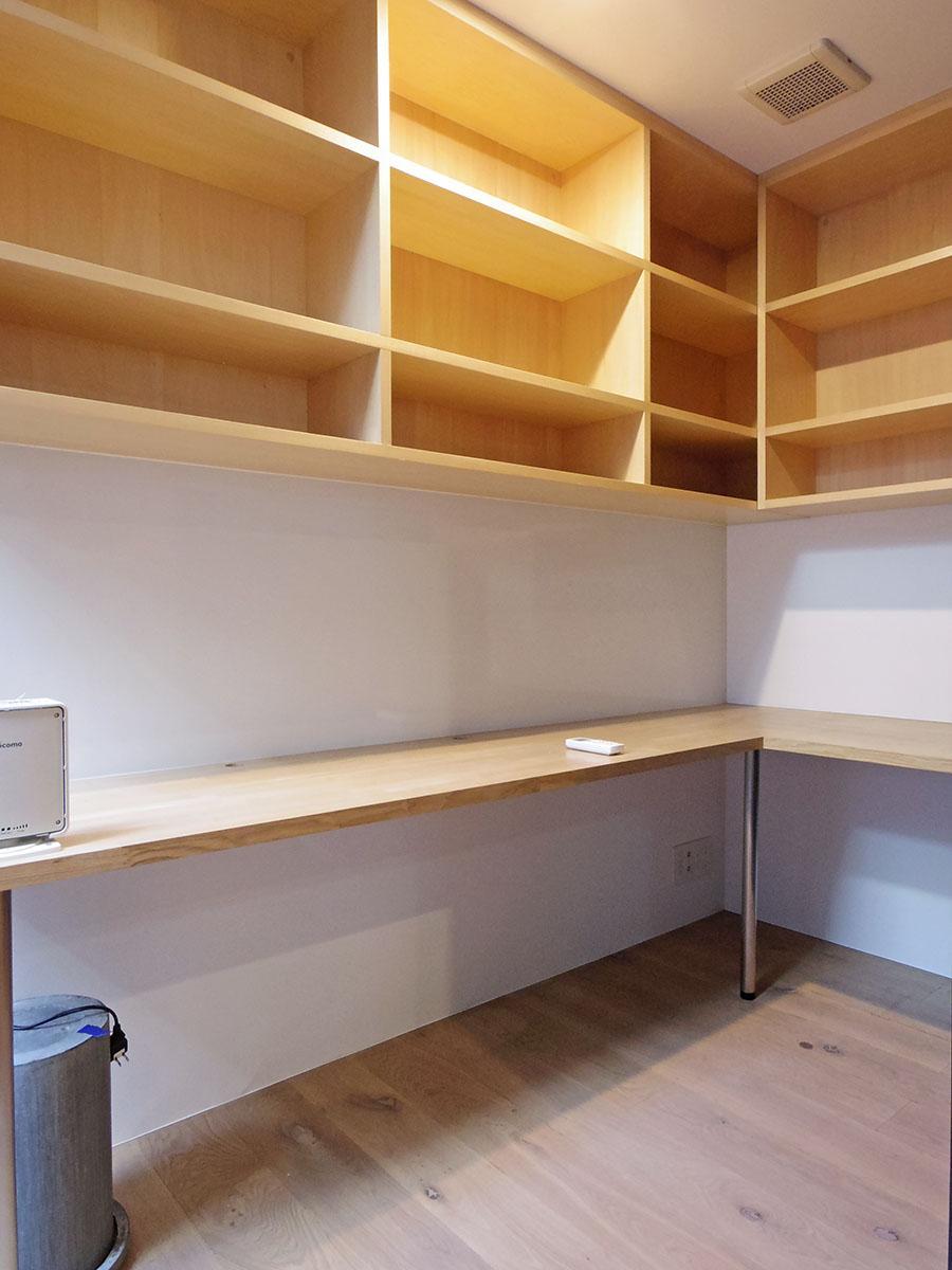 書斎スペース。写真集や資料を並べてお気に入りのこもる空間をつくり上げてください