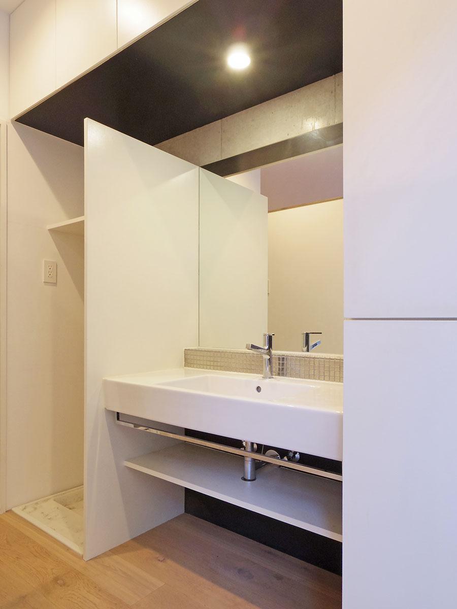 ゆとりある洗面台。左側は洗濯機置き場、右側は棚なのでタオルや下着入れにちょうど良さそう