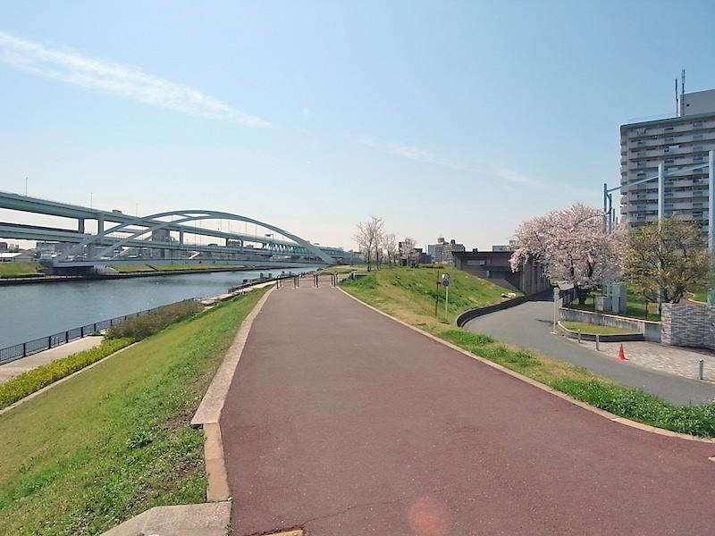 整備された川沿いは、散歩やジョギング、サイクリングにぴったり。