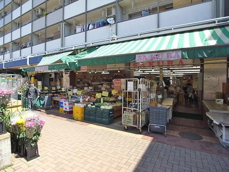 広場に面した住棟の1階はお店です。