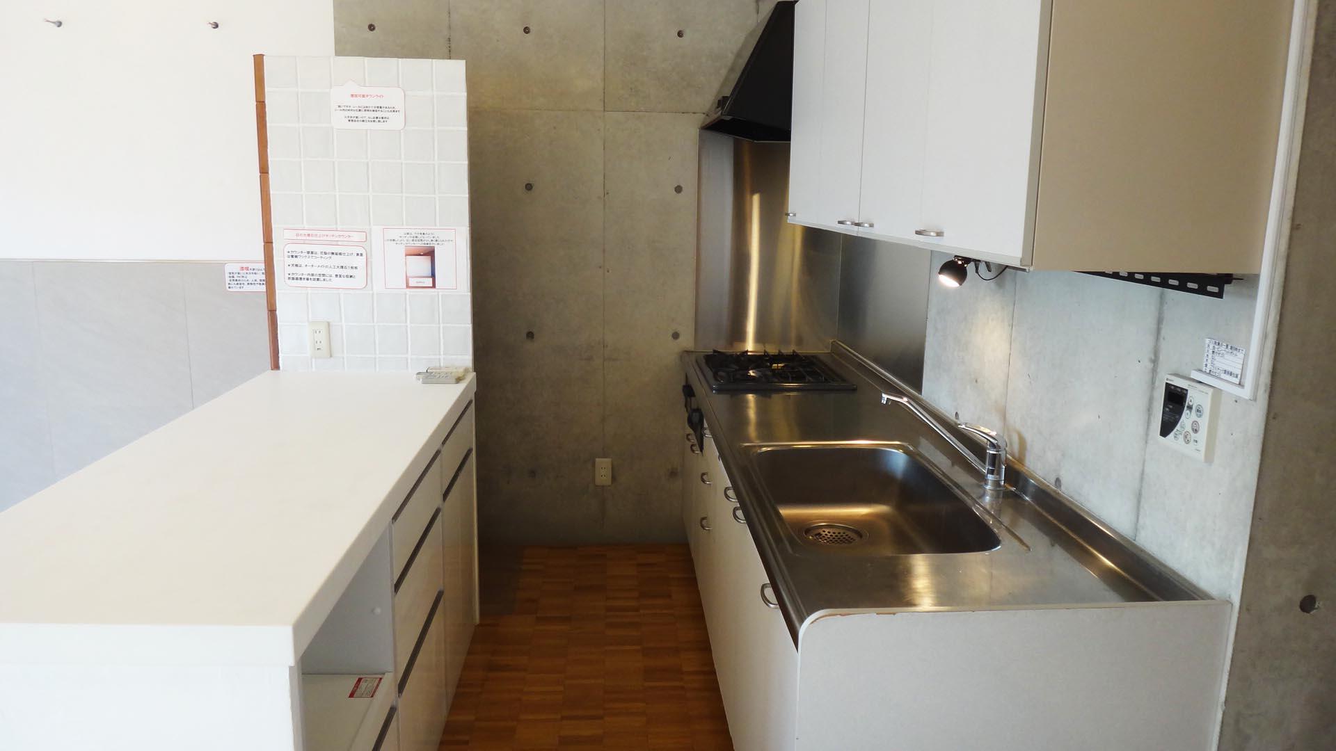 キッチンとカウンター、作業スペースにゆとりがあります。