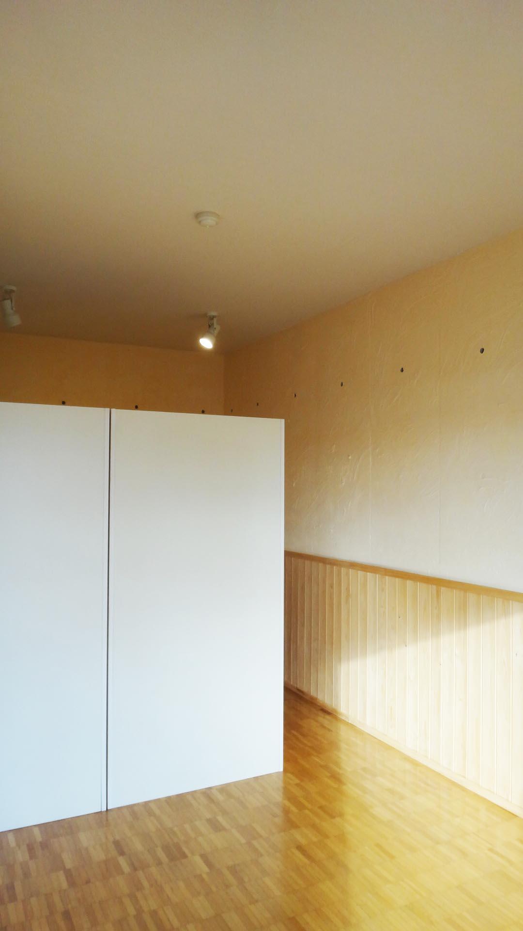 LDK横の洋室。収納は動かせるので、端に寄せて広々使うこともできます。