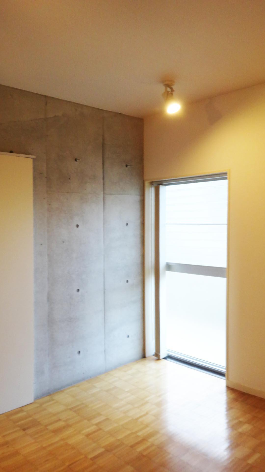 玄関横の収納床からの窓から光が入ってきます。