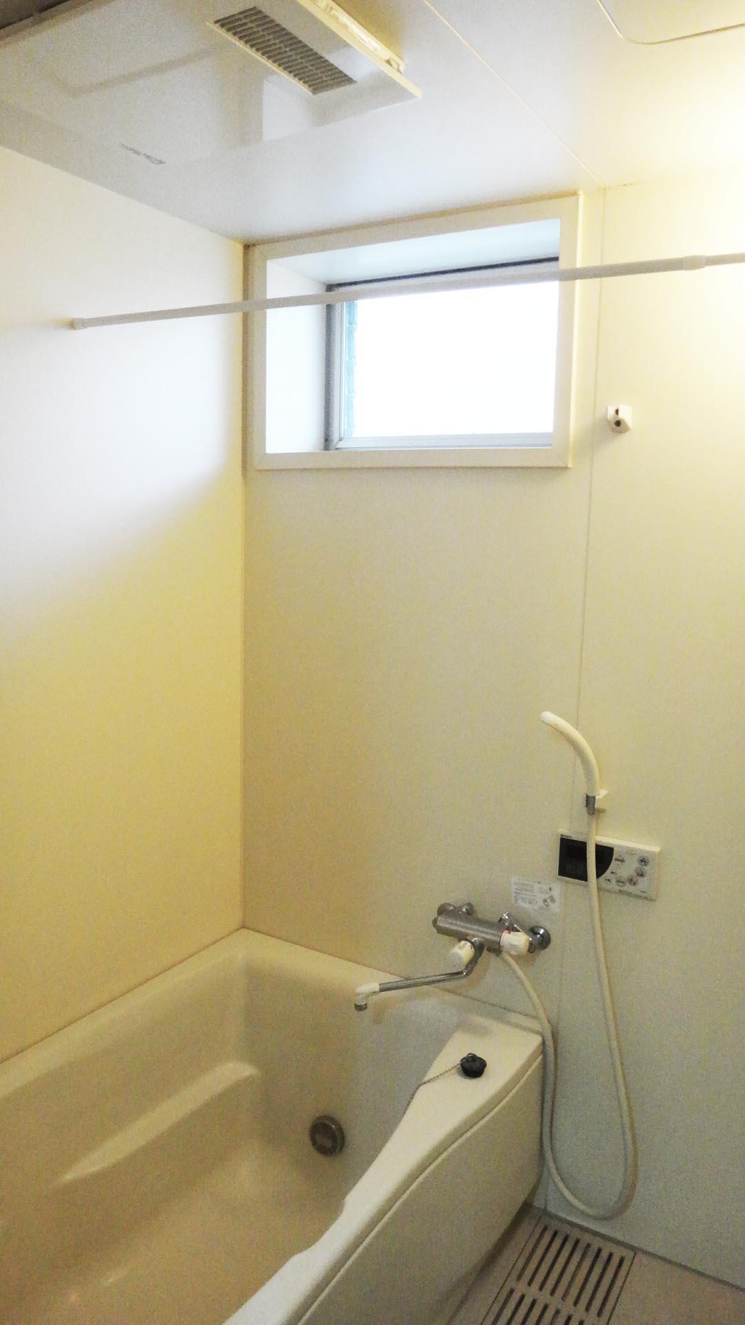 窓付で明るいバスルーム。