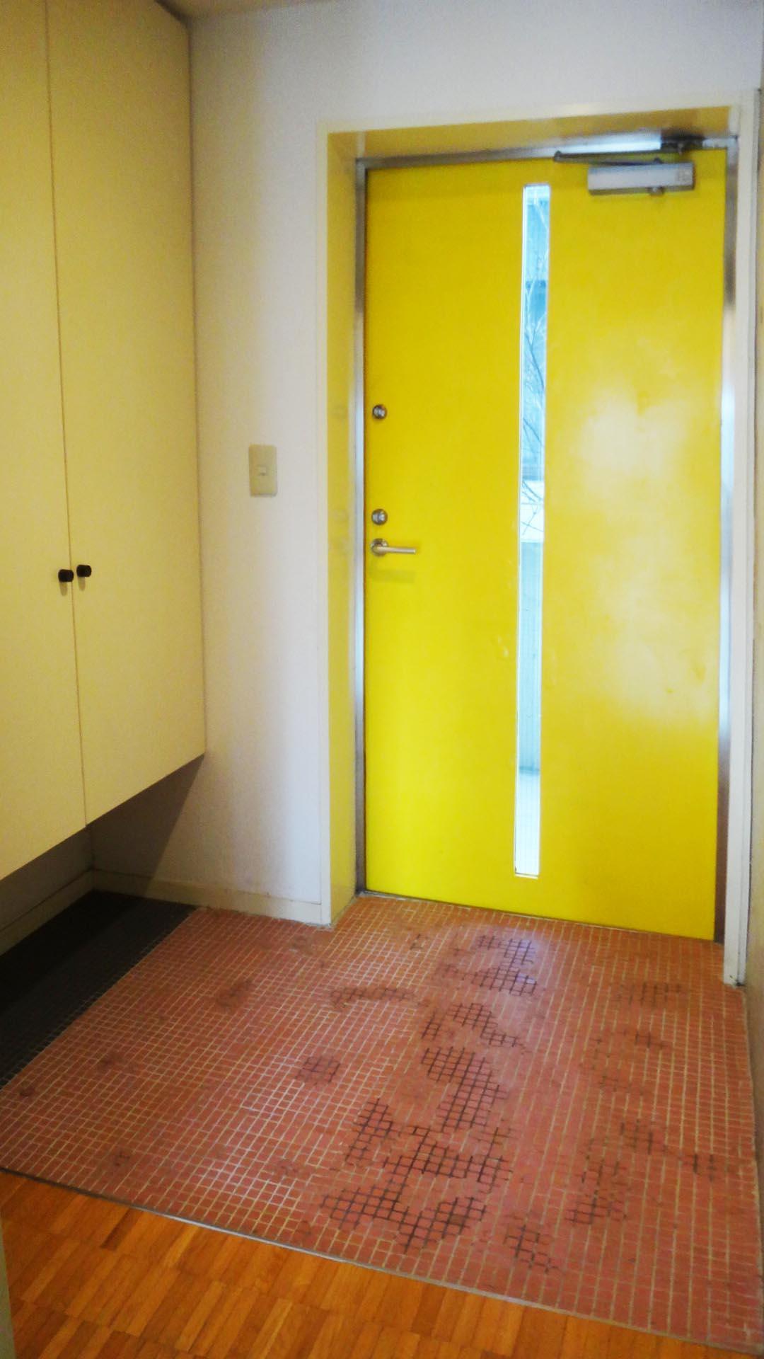 玄関はフラットで、細かいタイルが素敵です。