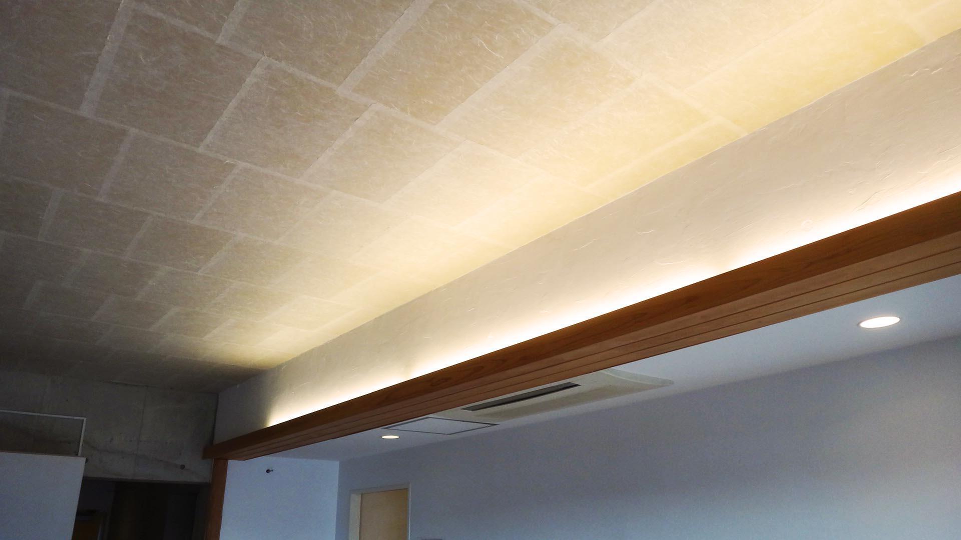 間接照明と手すきの和紙が貼られた天井。