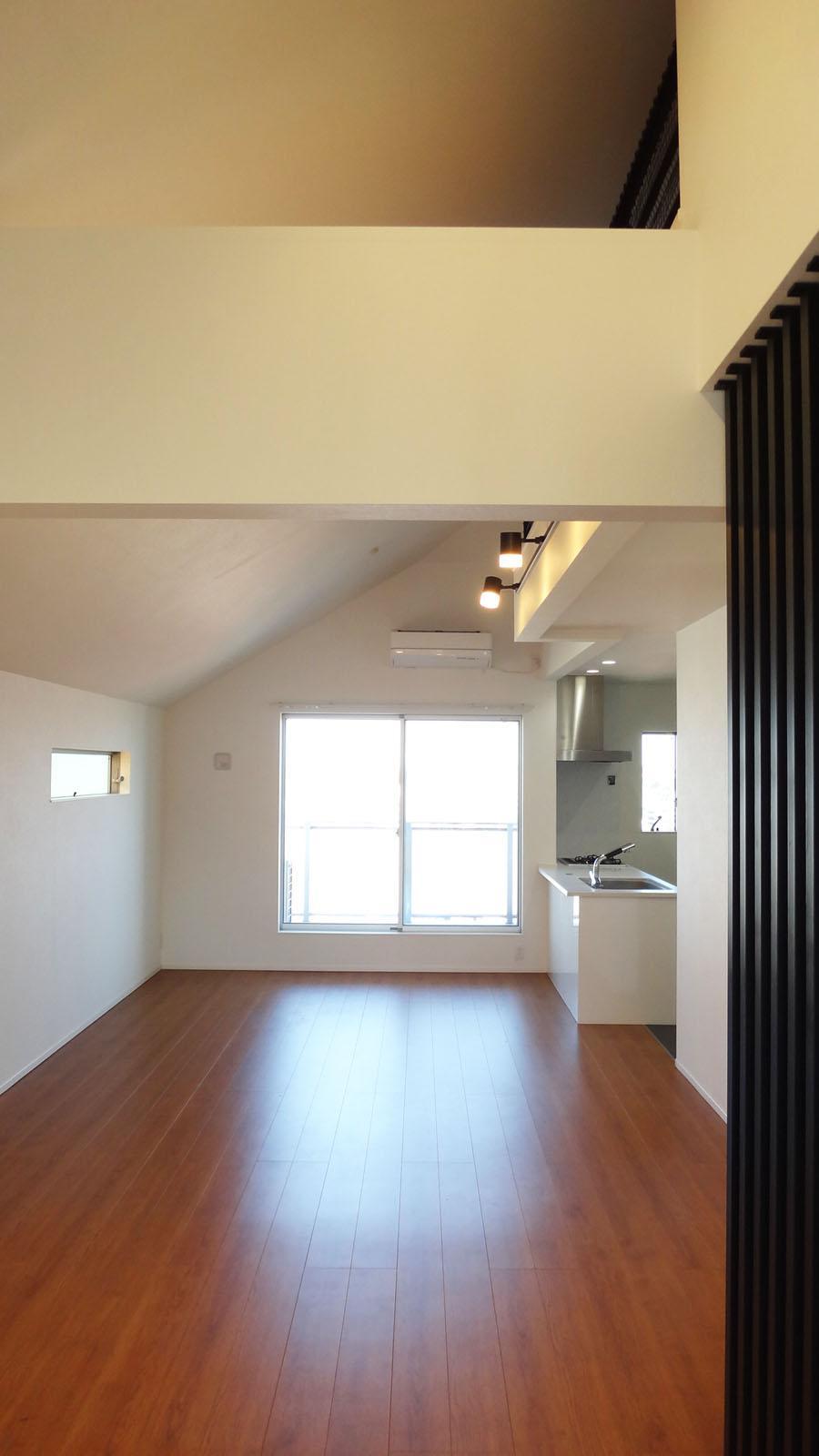 LDKは白い壁・天井と表情の良い床材でシンプルにまとまっています