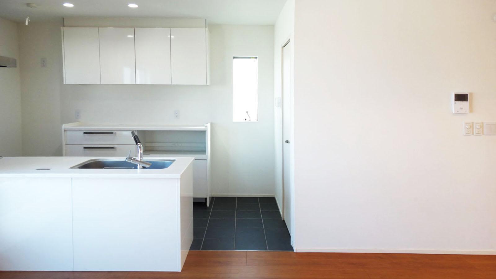 キッチンの床はタイルです。サイドに大きめのパントリーもついています