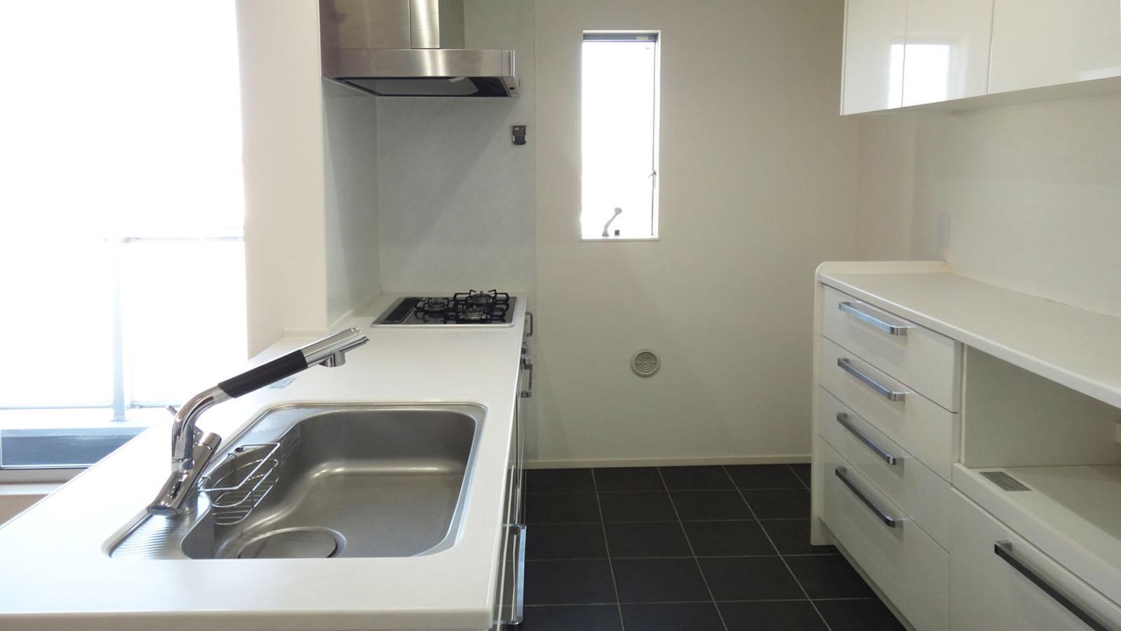 幅広の対面キッチンと背面にはカップボードがしっかりと設けられています