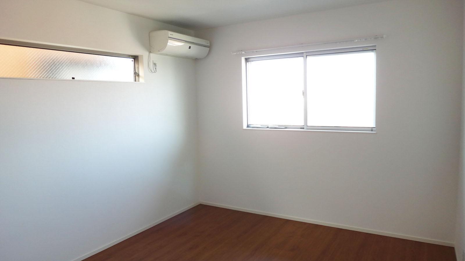 7畳の洋室。スリット窓がいい感じ