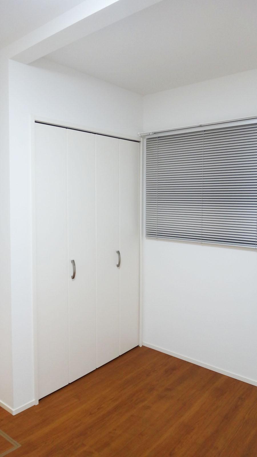 玄関横の4.5畳の洋室