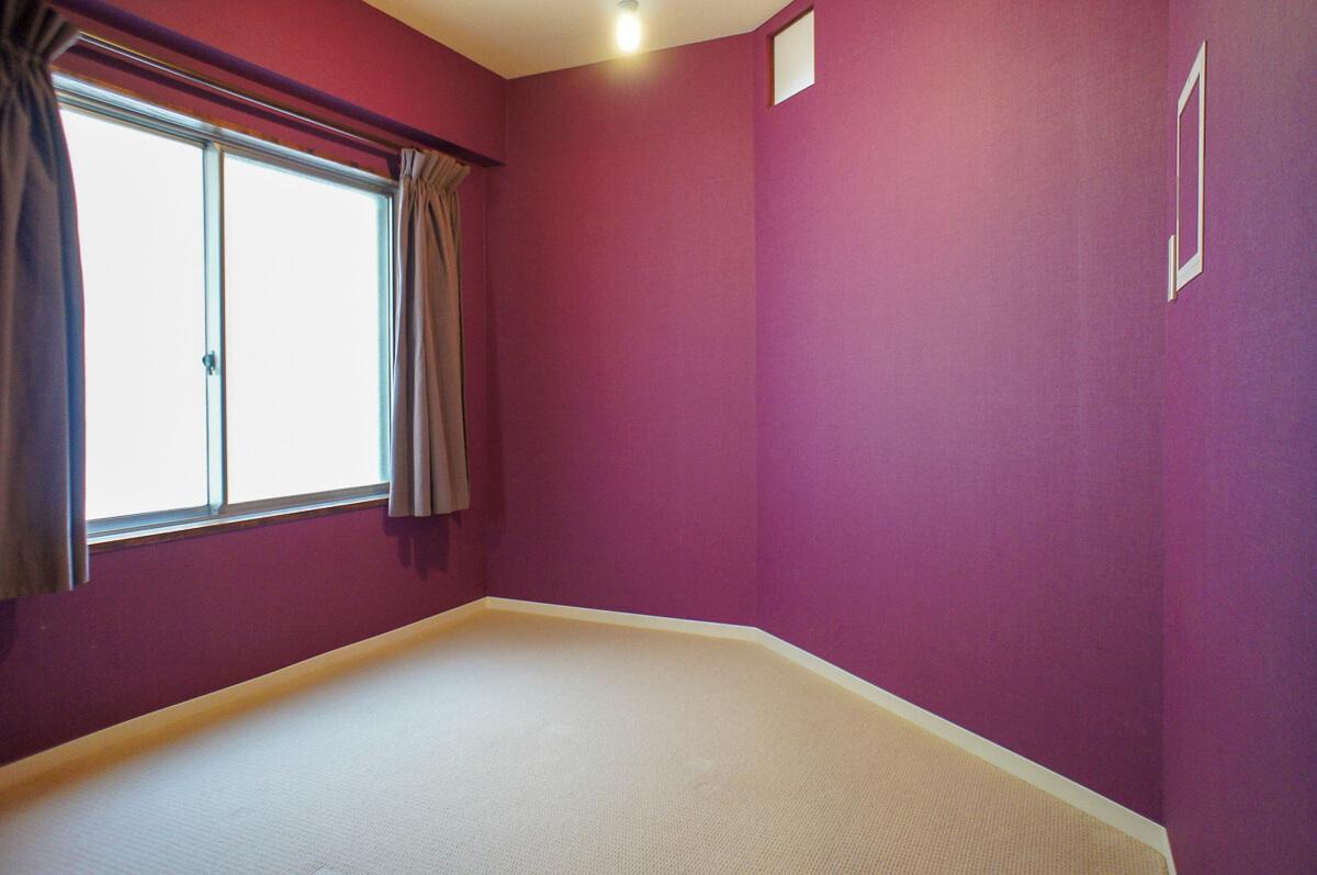 寝室:写真で見るより強烈ではなく、ふしぎと落ち着く色