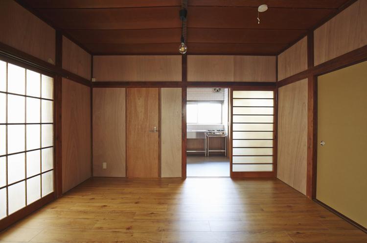 1階。ガラス引き戸がレトロ。左手の木の扉の先に浴室やトイレ。床は塩ビのフローリング
