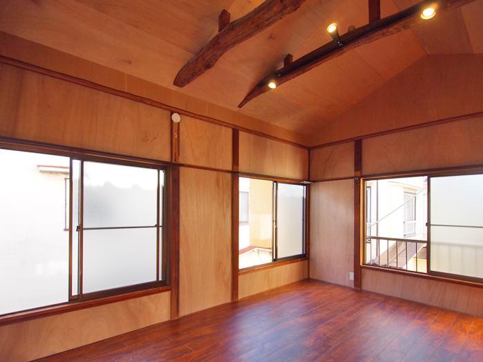 2階は窓が多く明るい。こちらの床も塩ビのフローリング