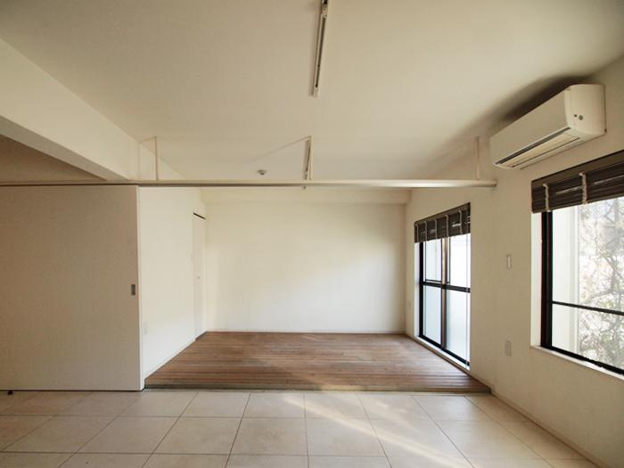タイルと無垢フローリングの床でメリハリのある内装(102号室)