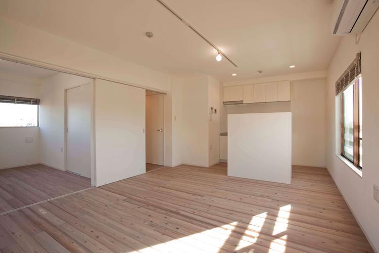 キッチン正面には、電子レンジなどが置ける棚が設置されている(301号室)