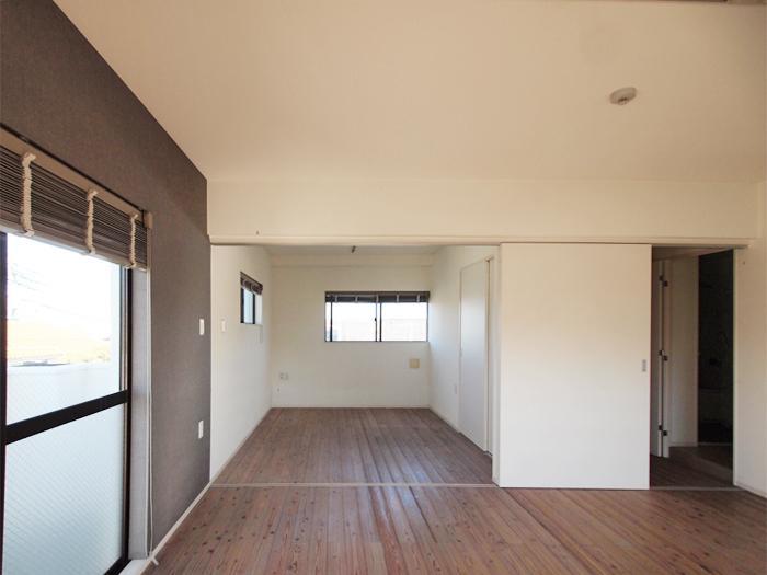 大きめの引き戸をあけると、リビングと個室が一体となった開放的な使い方ができる(301号室)