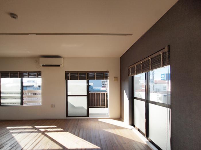 角部屋で窓が多く、この日当たり。窓にはウッドブラインドが設備としてついている(301号室)