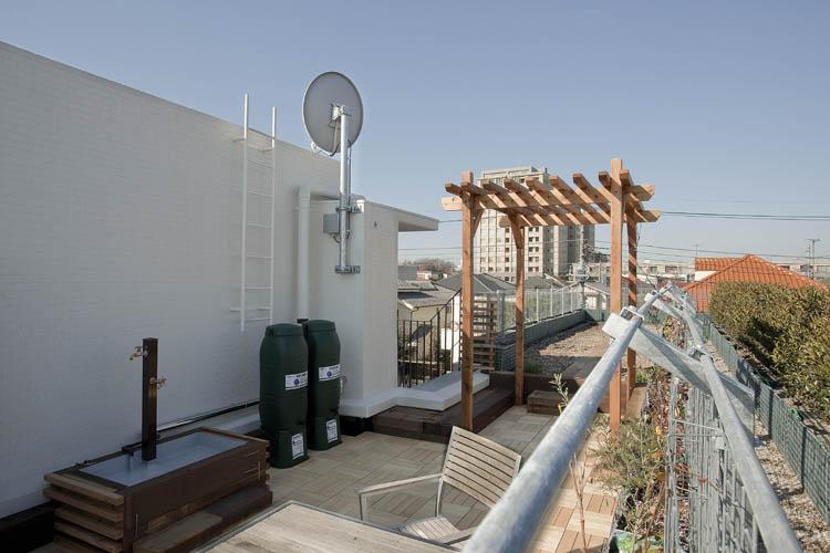 屋上菜園の脇には水場とテーブル、椅子がある(写真はまだ苗など植えられていない時の状態)