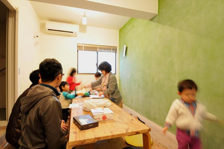コモンルーム。緑の壁が黒板になっていて、子供の遊び場としてよさそう