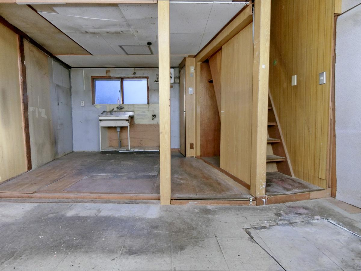1階はPタイルの床と、奥が小上がり