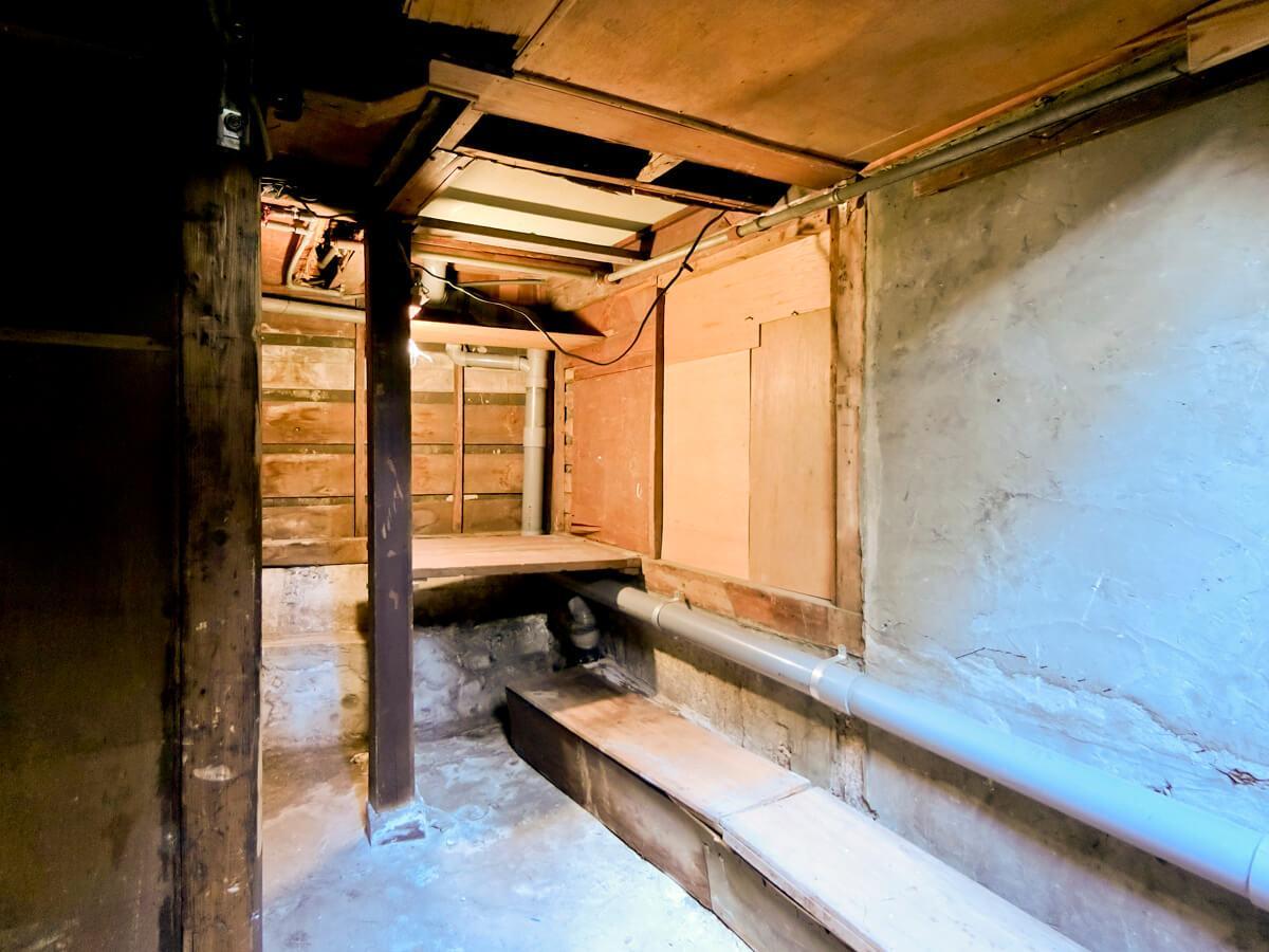 ここが地下室。怪しい雰囲気です