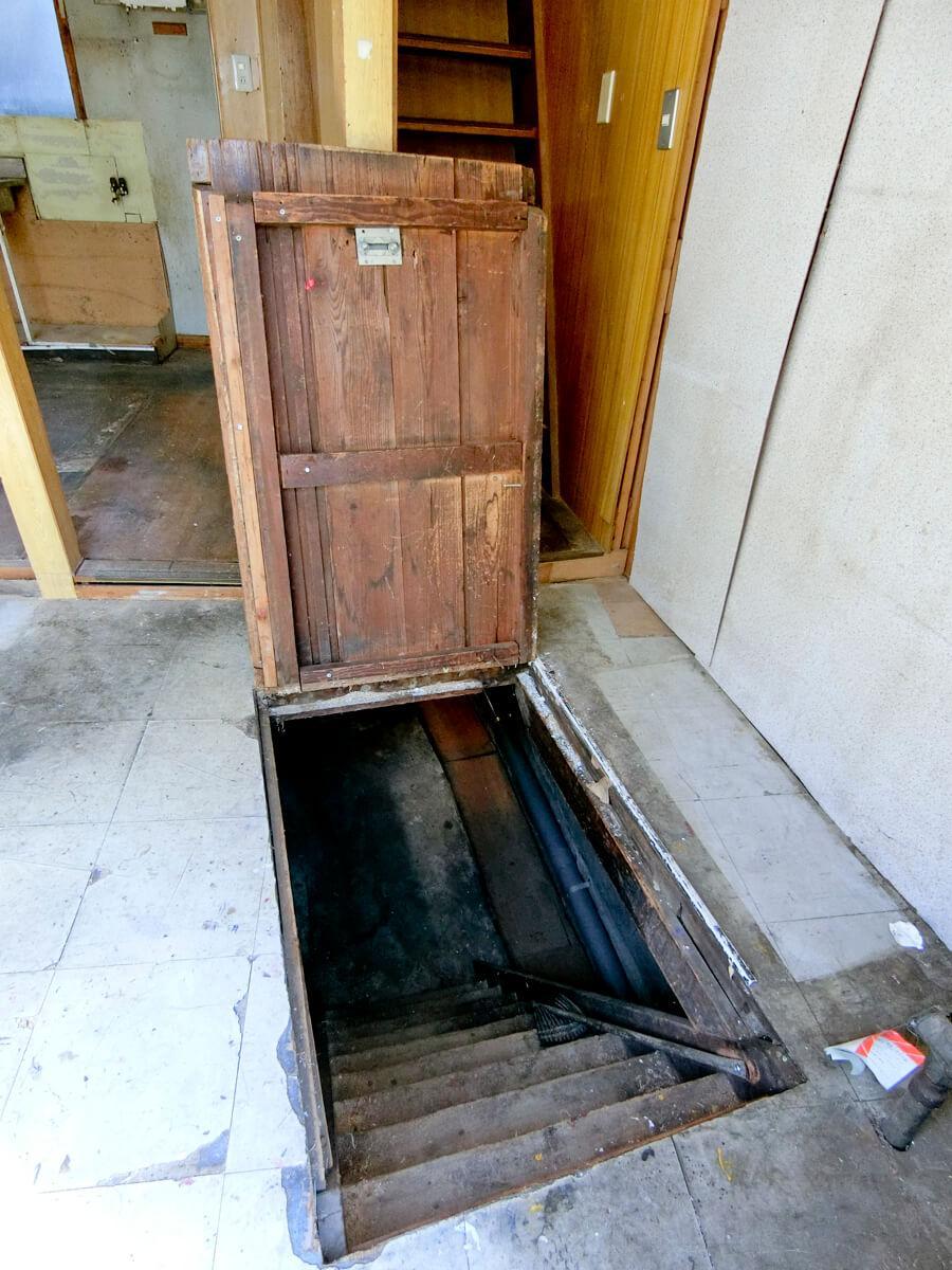1階:地下室の扉