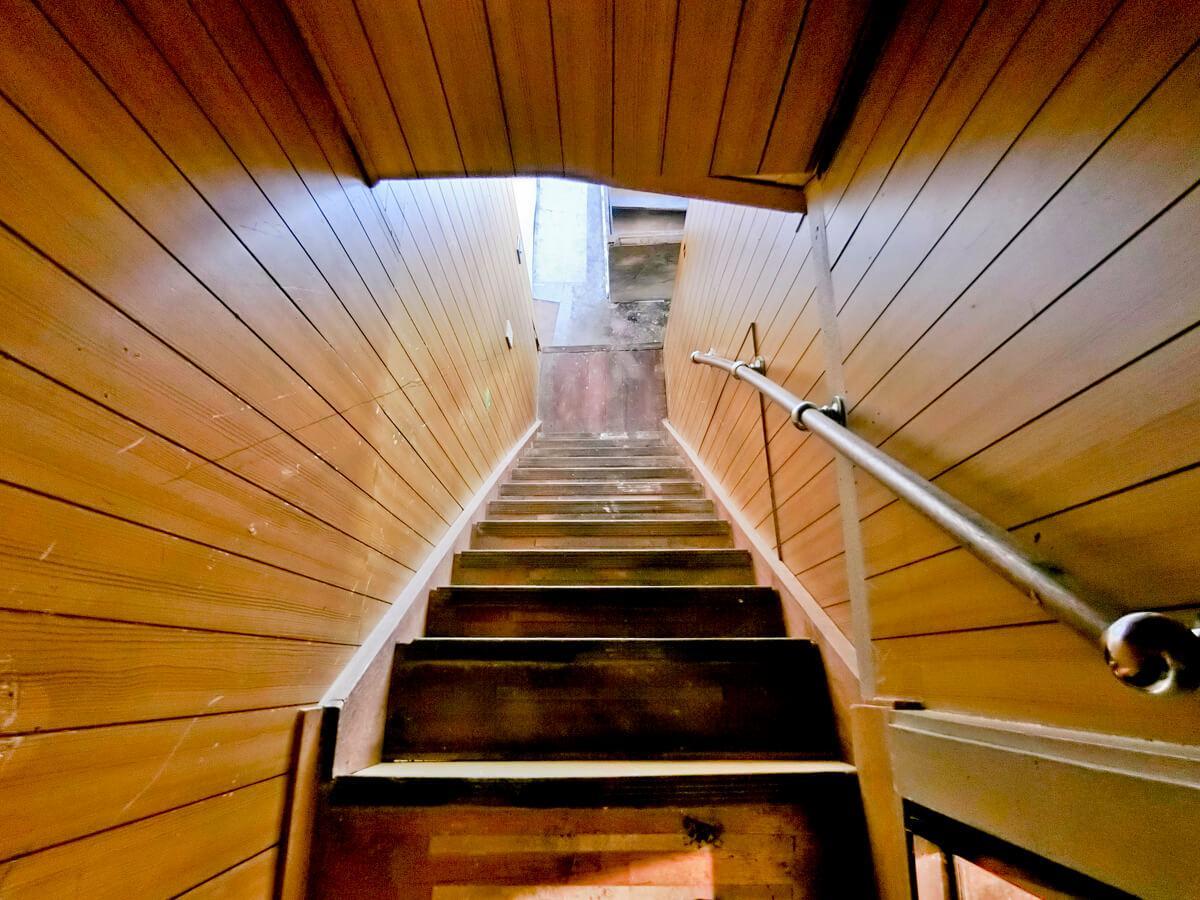 階段は、かなり急になっているため、気をつける必要があります