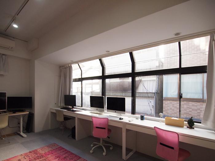 洋室(1)。窓が特徴的。天井高があり気持ちいい。床はカーペットですが剥がせばオーソドックスなフローリングがでてくる