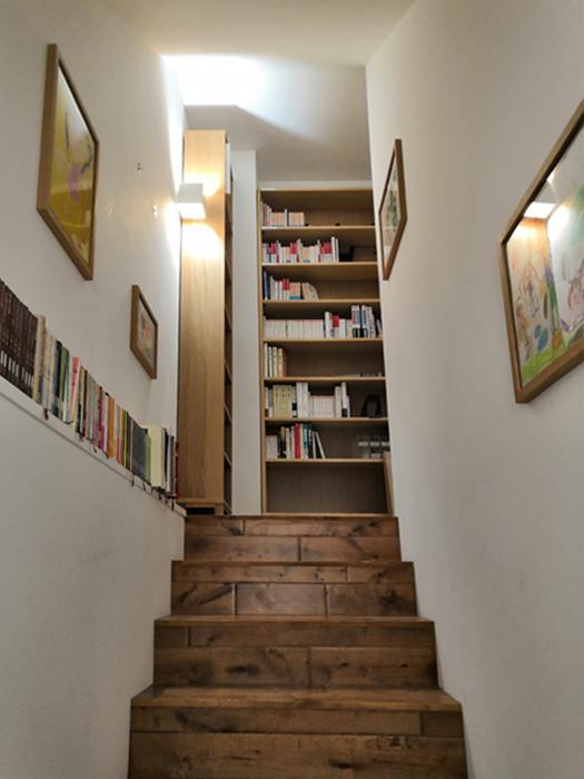 階段。本や趣味のものが並べられたりできるようなゆとりあるスペースとなっていて、すてきな空間です。アンティーク加工に汚れが付きづらいようツヤ加工された、表情豊かなオークのフローリング