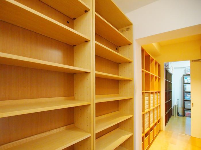 階段の踊り場と、ウォークインクローゼット、サービスルームにずらりと本が並べられる(本棚は撤去されます)