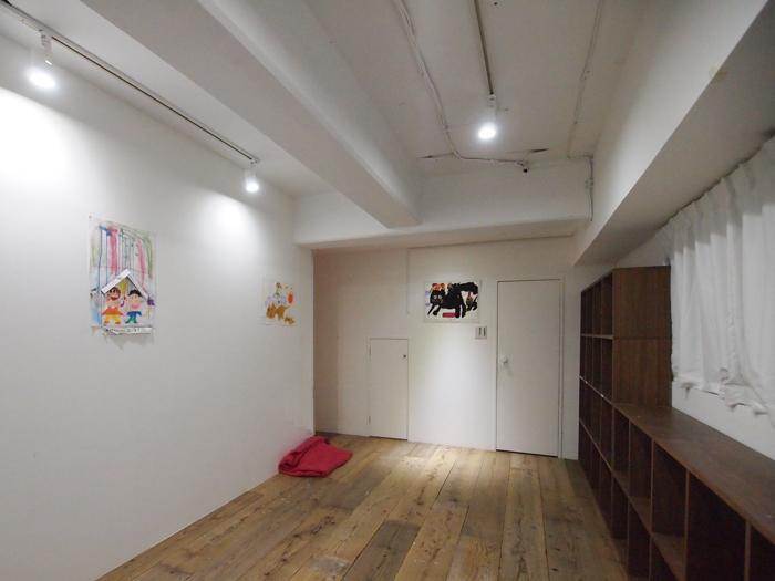 1階のサービスルーム。床は足場板が敷かれアトリエのような雰囲気