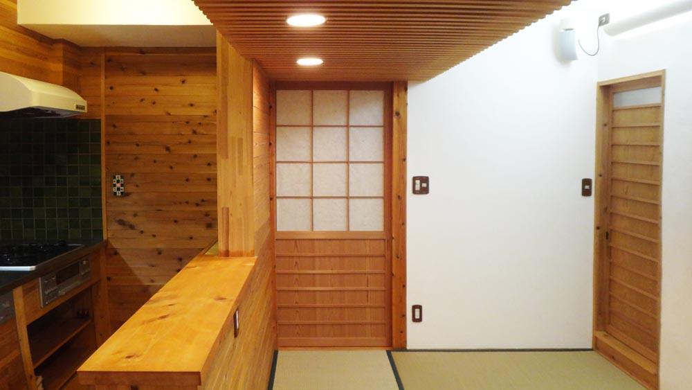天井は赤松のルーバー。建具も和テイストに統一されています
