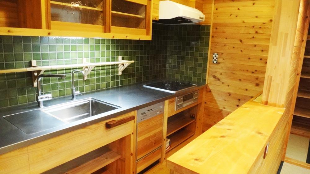 キッチンはステンレストップの仕様。緑のタイルが映えます