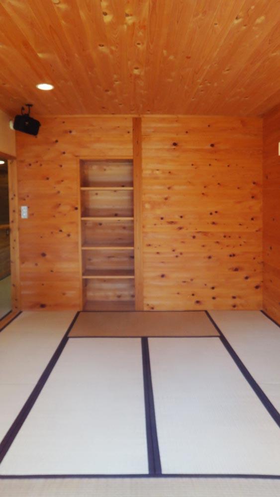 8畳の和室。壁天井の木のぬくもりが伝わってきます