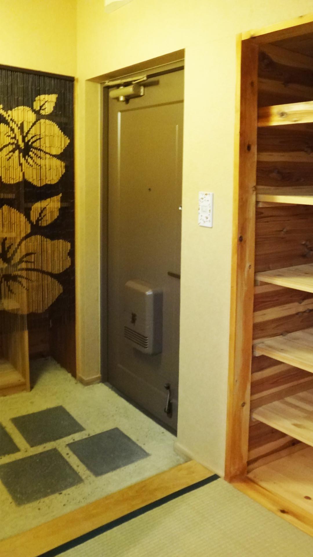 玄関には2カ所の収納です