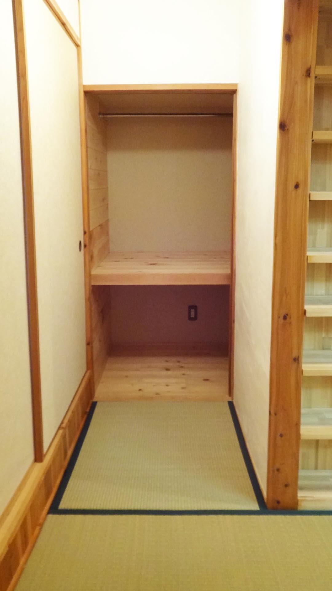 廊下までも畳です。奥は押し入れになっています