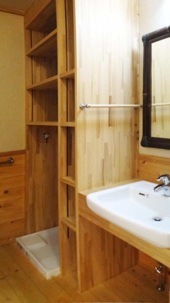 洗面には無駄なく造作の棚が設けられています