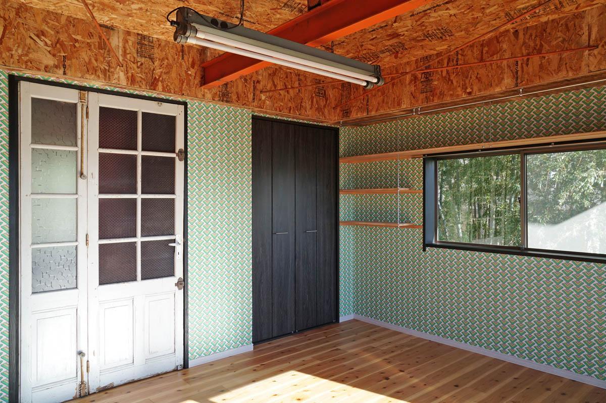 年季の入ったヴィンテージドアと、1950年代の壁紙