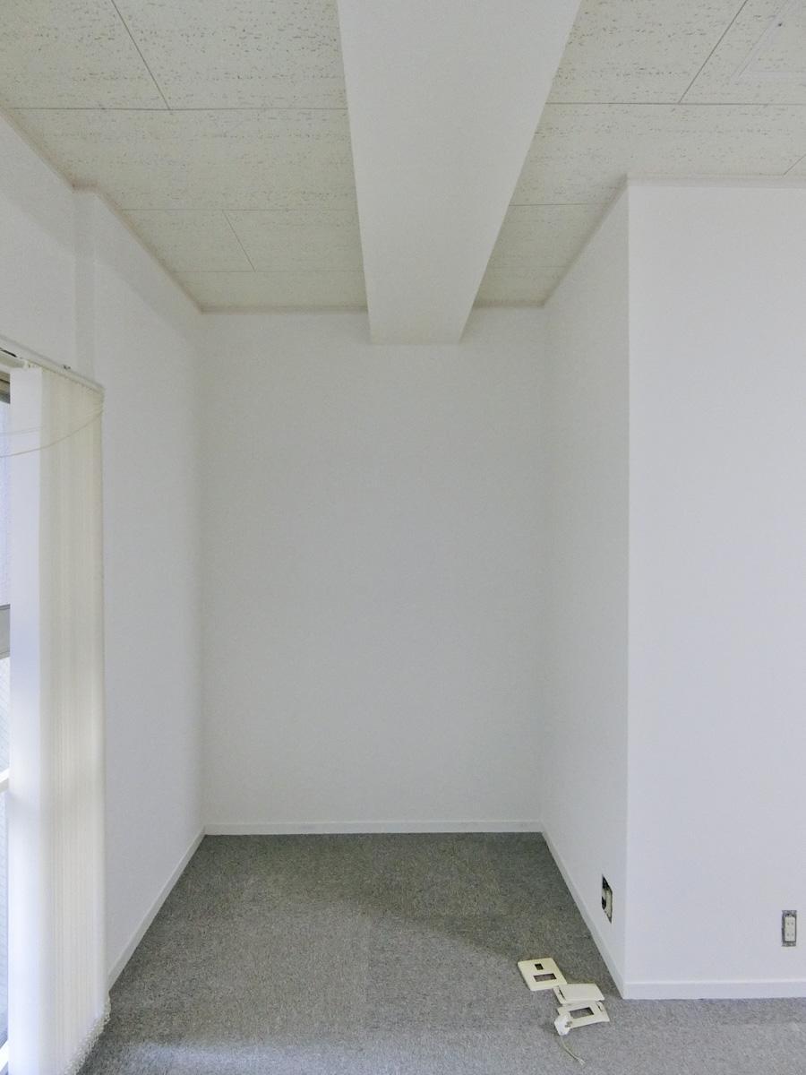 リビングの窓際と柱の間にスペースがあり、幅は約158cm